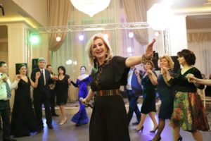 Cantand la o petrecere, alături de Formaţia de Estuar.