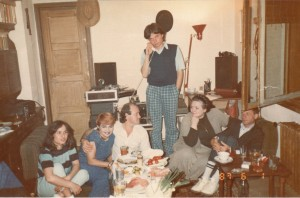 Doru Căplescu (în picioare), alături de Aura Urziceanu, Nicu Alifantis, realizatoarea Ioana Bogdan şi alţii în iunie 1987 (Arhivă familia Căplescu)