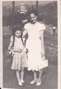 În copilărie, la Petrila, alături de mama sa, Elena-Lili!