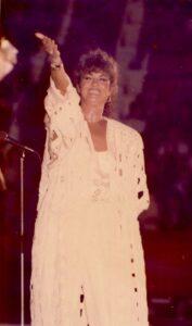 Angela Similea, la sfârşitul unui spectacol de la Sala Polivalentă, în 1988. Arhiva Florentin Prodea.